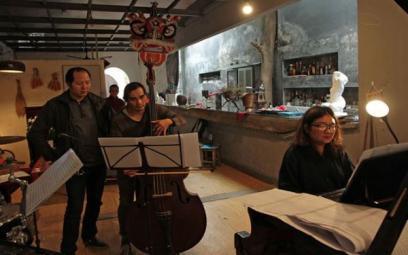 Nhạc sĩ 8X từ chối du học để giữ hồn Việt
